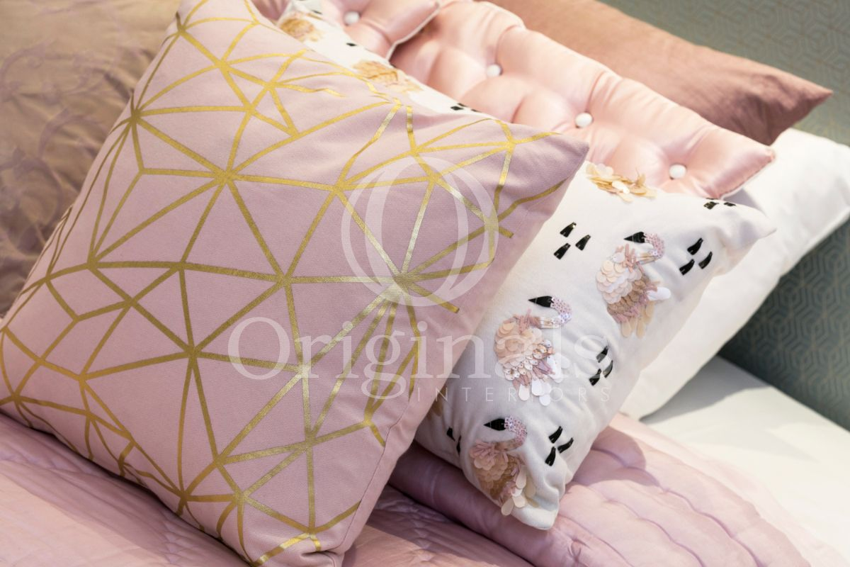 Pink pillows with golden accents and white pillows with flamingo´s - Originals Interiors